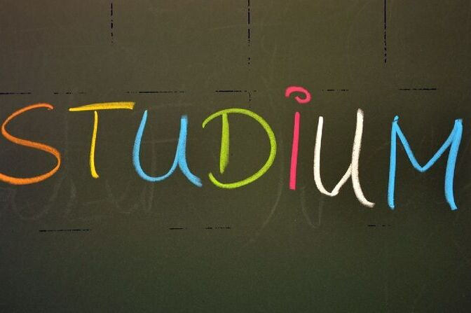 Studium written an chalkboard